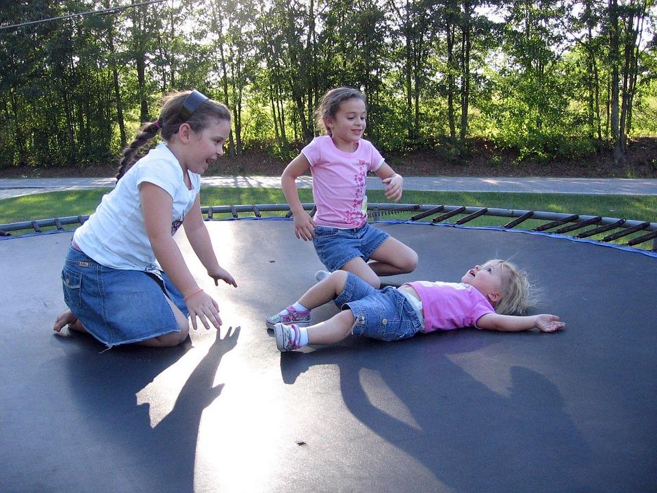 Børn leger på trampolin